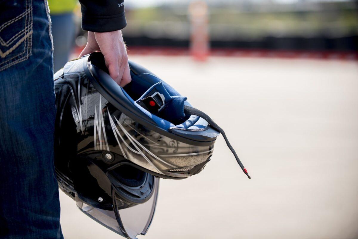 Conviene limpiar el casco de la moto para eliminar suciedad, polvo e insectos